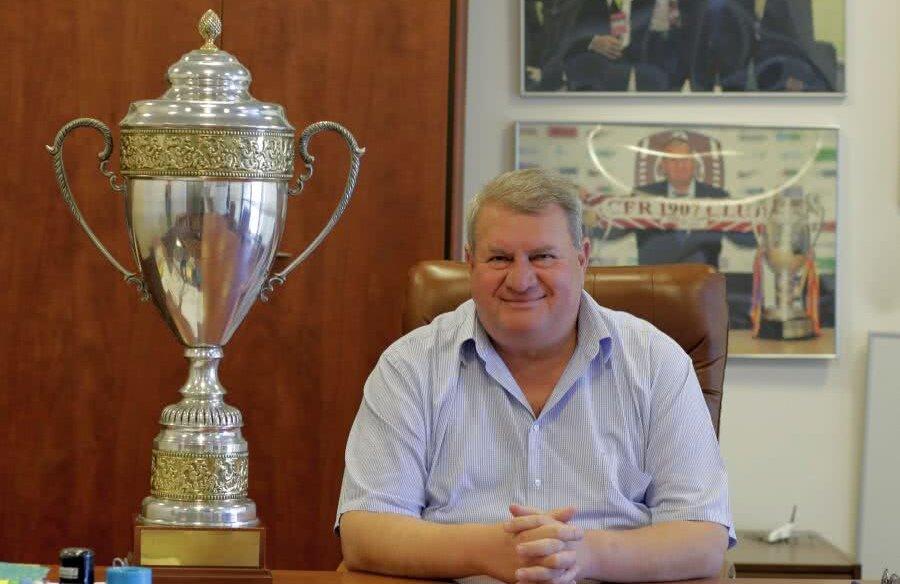 Iuliu Mureșan și-a luat cu el de la biroul pe care-l avea la Cluj, la club, copiile trofeelor de campioană, pe care le-a comandat în Portugalia FOTO Cristi Preda