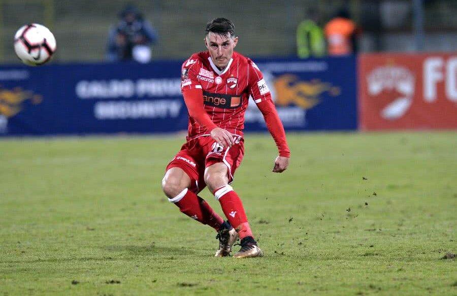 Mustoe a jucat trei meciuri la Dinamo: 37 de minute cu Poli Iași (3-0), 90 de minute cu Botoșaniul (1-2) și 57 de minute cu Gaz Metan (1-2)