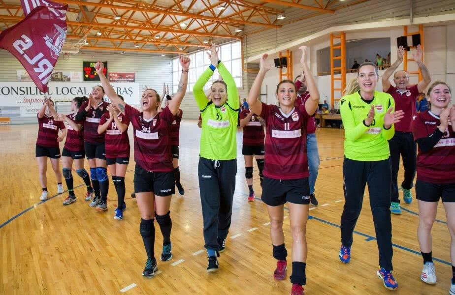 Giuleștencele sărbătoresc promovarea alături de fani // FOTO Facebook Handbal Rapid