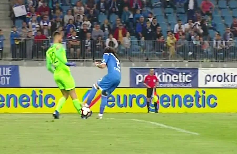 Gestul golănesc al lui Tiago Ferreira nu a rămas nesancționat de arbitrul partidei // Captură TV Telekom Sport