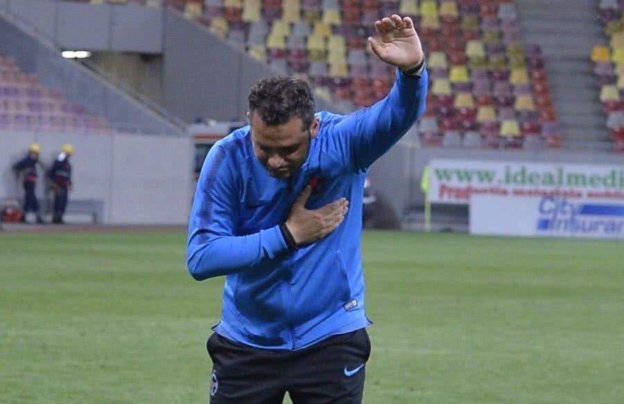 RĂMAS BUN. La finalul partidei cu CFR Cluj, 1-0, Mihai Teja a făcut o plecăciune în fața galeriei steliste. Tehnicianul se va despărți de FCSB, după ce a ratat câștigarea titlului. În mandatul său a suferit o singură înfrângere, 1-2 cu Viitorul Foto: Cristi Preda