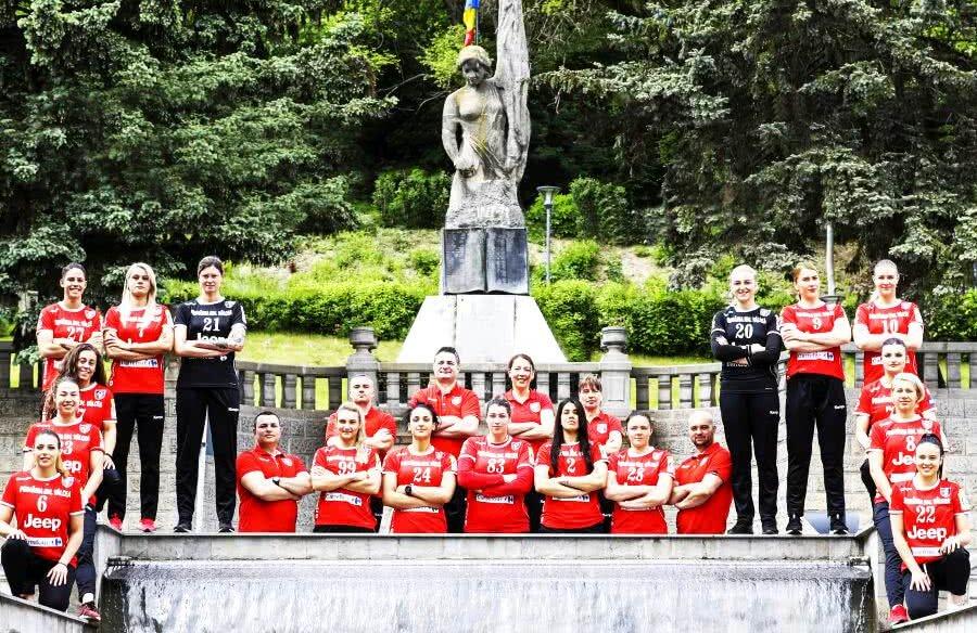 Handbalistele de la SCM Râmnicu Vâlcea mulțumite de sezonul pe care l-au avut // foto: Marius Ionescu
