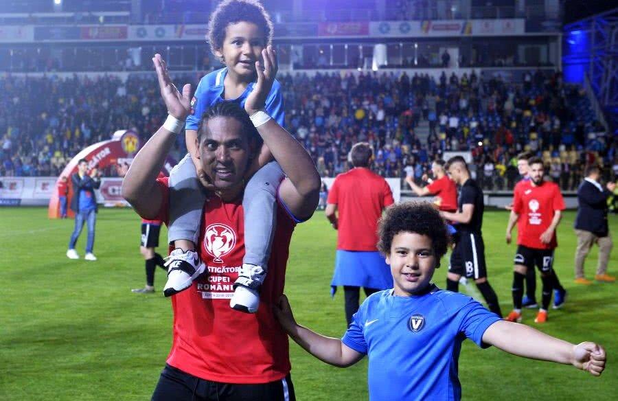 Eric de Oliveira, celebrând victoria din Cupă alături de copiii săi // FOTO: Cristi Preda