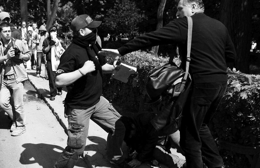 Momentul când suporterul lui U Cluj încearcă să-l lovească din nou pe jandarmul aflat la pământ // FOTO: Arhivă Gazeta Sporturilor