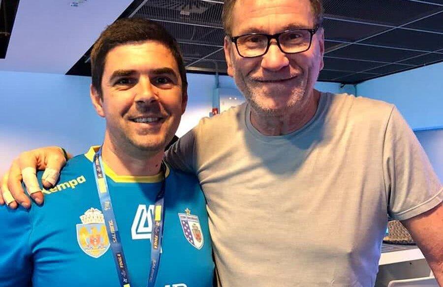 Vlad Enăchescu, îmbrăcat în tricoul CSM București, alături de selecționerul Franței, Olivier Krumbholz, la un meci al campioanei României, la București