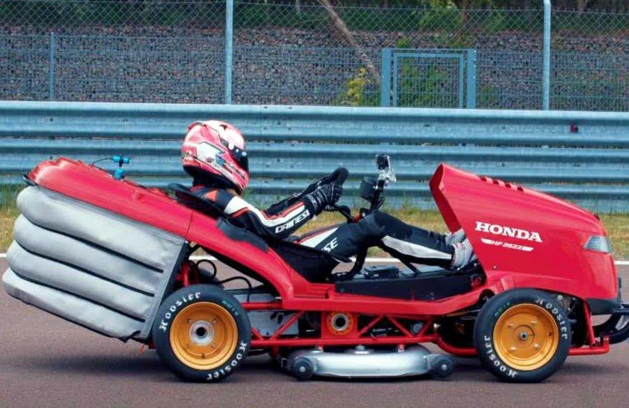 Record mondial: o mașină de tuns iarba a depășit 240 km/h!
