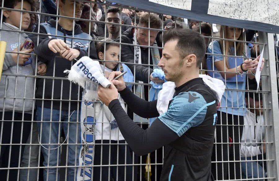 FOTO: GettyImages // Ștefan Radu dă autografe fanilor lui Lazio