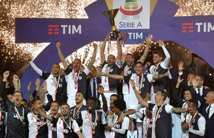 Jucătorii lui Juventus sărbătoresc titlul câștigat sezonul trecut FOTO: Guliver/GettyImages