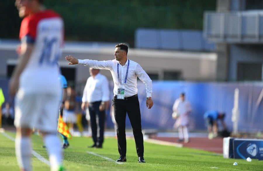Mirel Rădoi dă indicații elevilor săi în meciul cu Croația U21