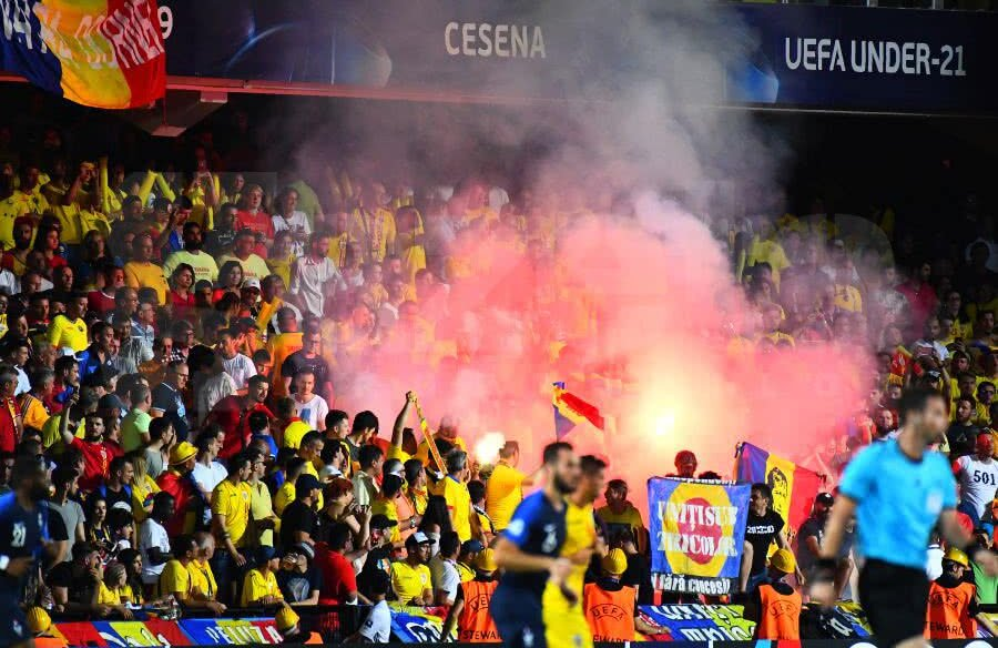 Momentul în care ultrașii români aprind materiale pirotehnice // FOTO: Raed Krishan