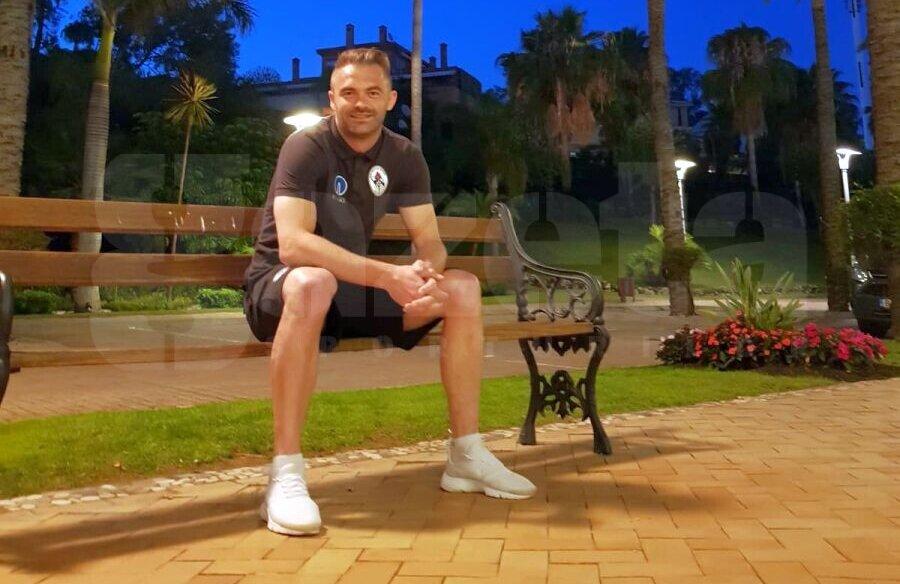 Răzvan Pleșca la Marbella, la muncă, la fotbal, nu în concediu, lângă palmieri, unde se aud și greierii seara // Foto: Eduard Apostol