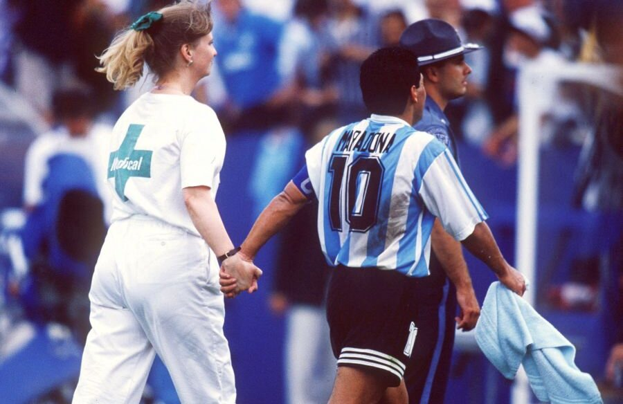 Diego Maradona alături de Sue Ellen Carpenter, asistenta care l-a scos de pe teren pe argentinian și l-a dus la controlul antidoping (foto: Guliver/Getty Images)