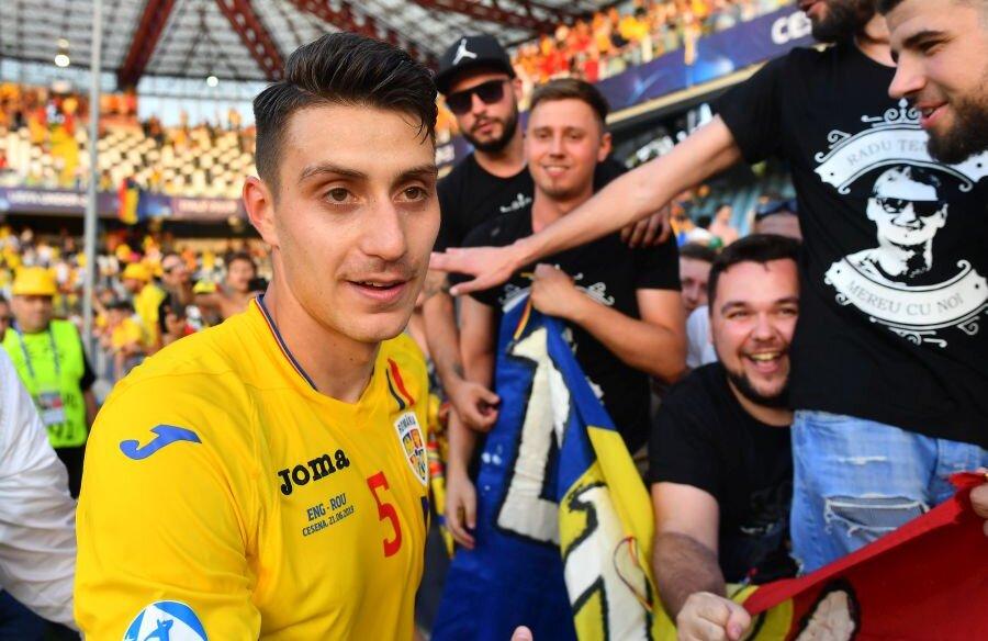 Ionuț Nedelcearu, înconjurat de suporteri după victoria României U21 cu Anglia U21, 4-2 // FOTO: Raed Krishan
