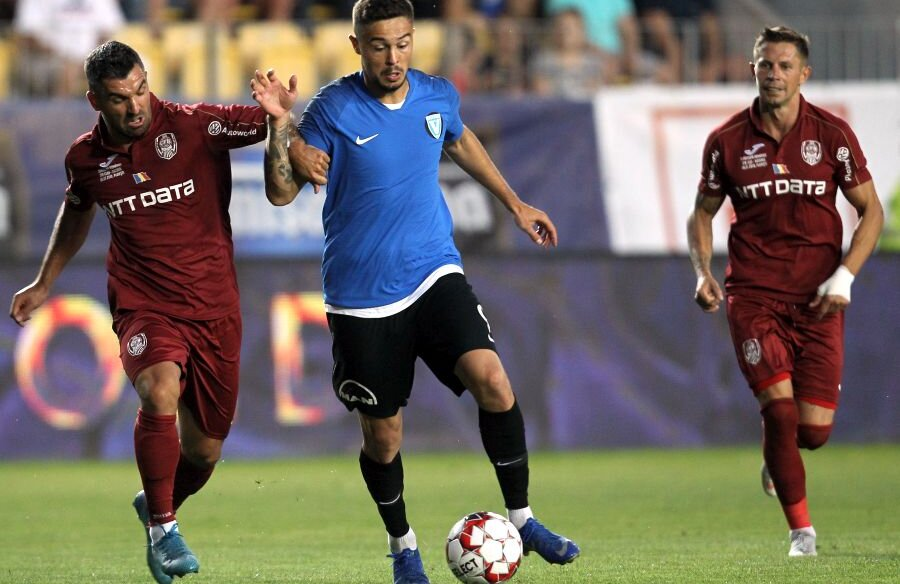 Ciprian Deac, în dreapta, a nimerit bara la una dintre ultimele faze ale meciului // FOTO: Gazeta Sporturilor