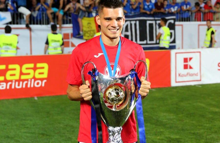 Ianis Hagi nu a jucat în meciul cu CFR, dar s-a pozat alături de trofeu // FOTO: Gazeta Sporturilor
