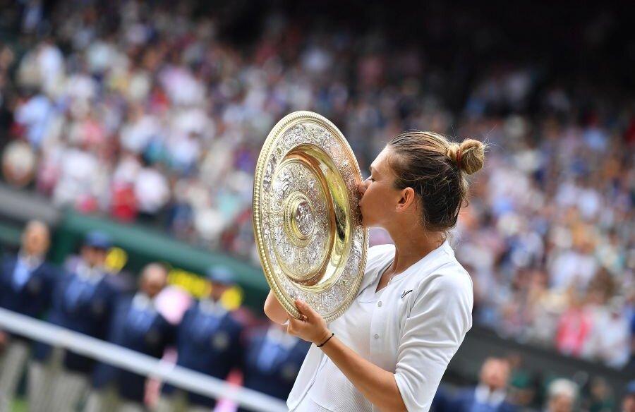 Simona Halep a cucerit trofeul de la Wimbledon, după ce a învins-o pe Serena Williams