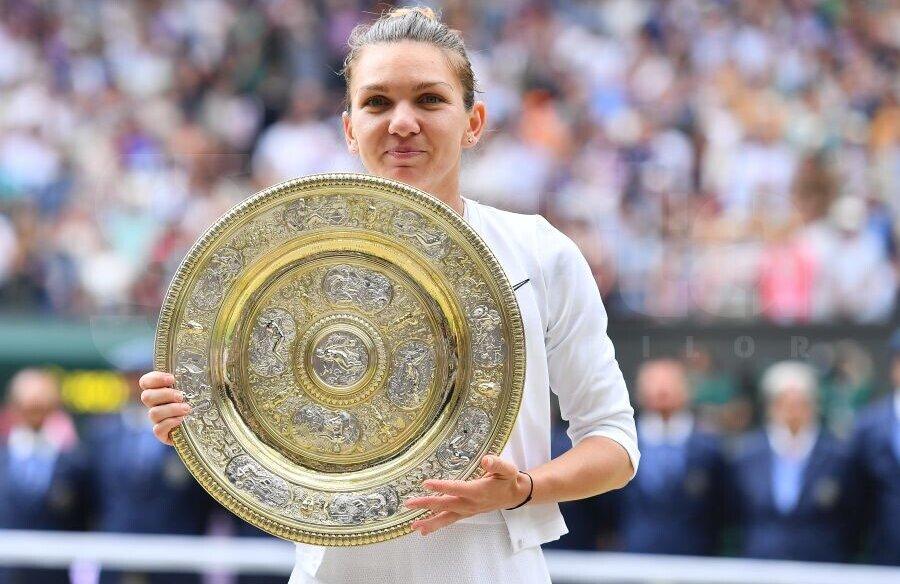 Simona Halep pozând cu trofeul de la Wimbledon 2019 // FOTO: Raed Krishan