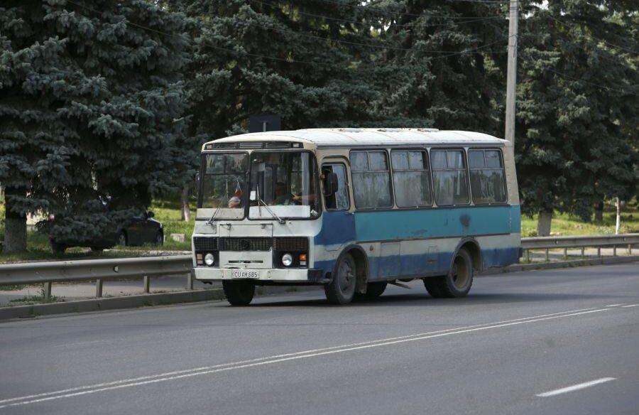 Un microbuz care pare din altă eră pe străzile din Orhei // foto: Justin Gafiuc