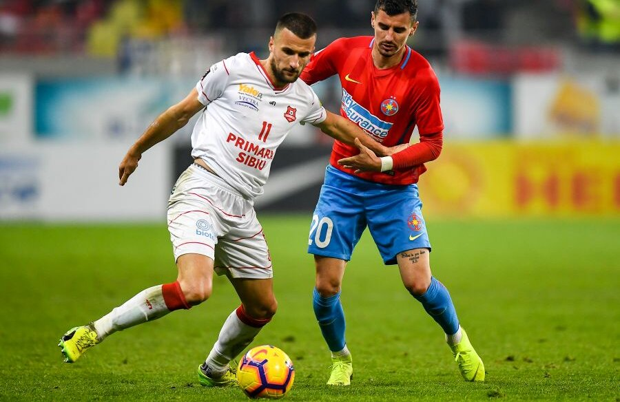 Filip Jazvic, stânga, într-un duel cu Romario Benzar în sezonul trecut