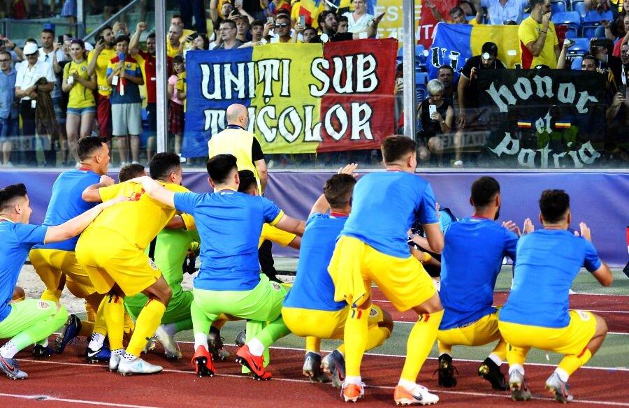 Jucătorii lui Rădoi au celebrat alături de galerie victoria cu Croația, 4-1 // foto: Raed Krishan