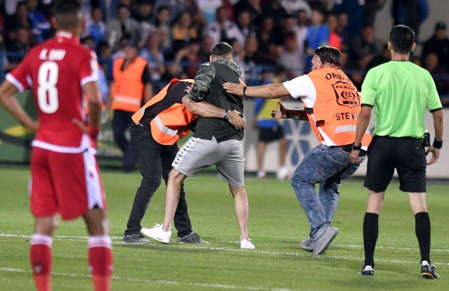Kevin Bru privește cum un ultras e pus la pământ de stewarzi. Astfel de scene s-ar putea repeta // foto: sportpictures.eu