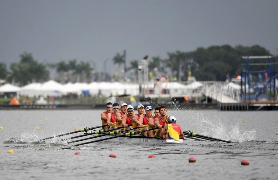 Florin Lehaci și Dumitru Ciobică, fericiți după cursă, cu medaliile și drapelul României // FOTO worldrowing