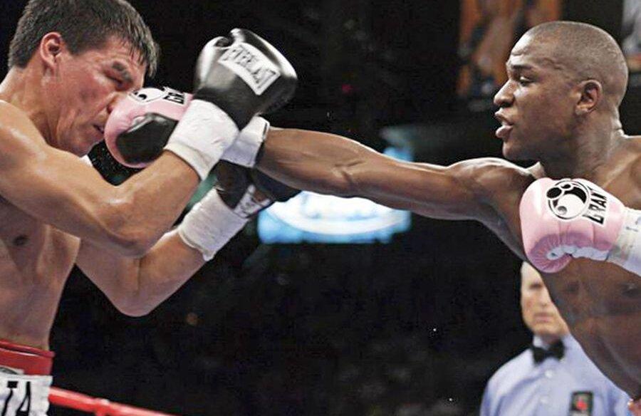 Carlos Baldomir, în stânga, în duel cu Floyd Mayweather // foto: boxingnewsonline.net