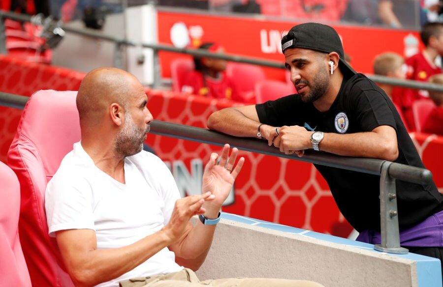 Pep Guardiola într-un dialog cu Mahrez // Foto: Guliver/GettyImages