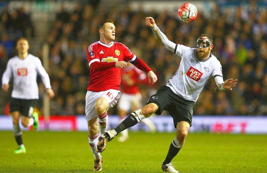 Rooney, în tricoul lui United, înfruntând-o pe Derby FOTO: Guliver/GettyImages