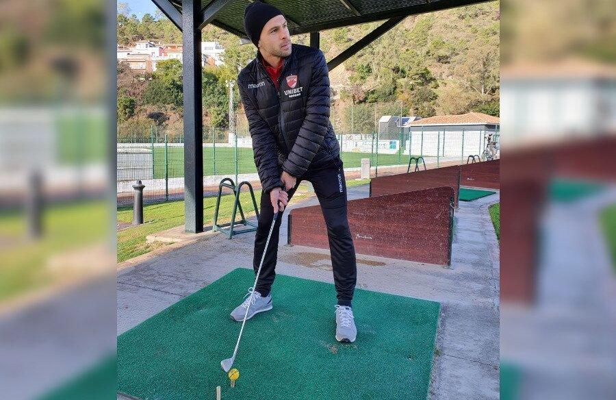 """TIGER WOODS ALB-ROȘU. Slavko Perovici și-a testat măiestria la golf, dar după trei tentative, nereușite, de a lovi mingea cu crosa, a declarat: """"E clar, n-am niciun talent la sportul acesta"""""""