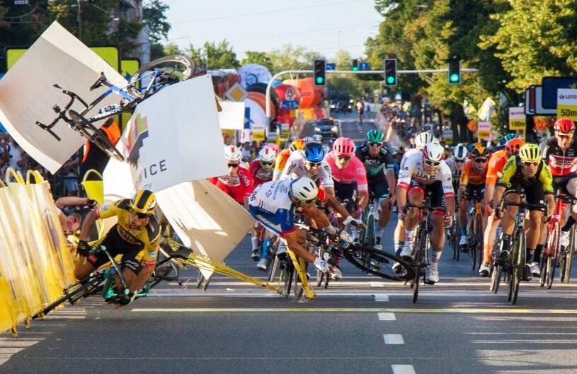 Accidentul lui Fabio Jakobsen, care deja izbise mantinela. I se vede bicicleta în aer, Sursă foto: Imago