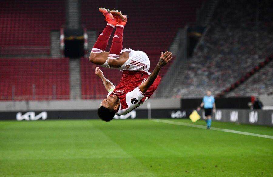 Pierre Emerick Aubameyang a sărbătorit în stilul deja celebru reușitele din partida cu Benfica, scor 3-2. Gabonezul a bifat o dublă și a calificat-o pe Arsenal în optimile EL, unde va înfrunta Olympiacos (foto: Imago)
